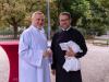 """Pfarre P. Arkadiusz (re.) begrüßte den Vorsteher des Gottesdienstes, P. Maximilian Krenn (li) -- """"Eingangsfest"""" in das Gemeindejahr 2021/22 der Pfarre Gersthof-St.Leopold (Wien 18.,)"""