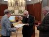Verleihungs des Stefanusordens an Mitarbeiter der Pfarre Gersthof durch Weihbischof Dr. Helmut Krätzl - an Gerti Schulz