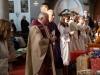 Pfarrer Dr. Norbert Rodt (l.) und Caritas-Österreich Präsident Dr. Michael Landau (r.) am Beginn des Gottesdienstes zum Abschluss der Weihnachtspaketaktion der Pfarre Gersthof-St.Leopold (Wien 18., Österreich)